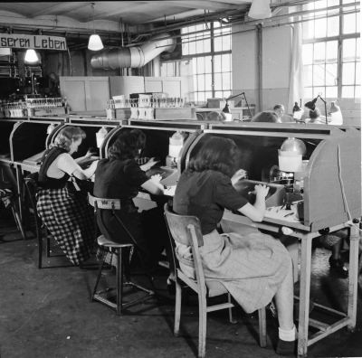 Röhrenaufbau Erster Stock, Bild 2; Foto, 1949