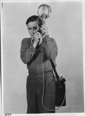 Fotograf mit Blitzgerät; Foto, 1950