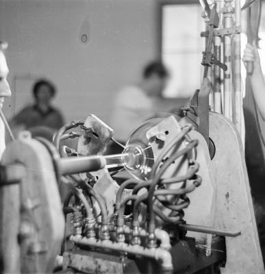 Glasbläser mit Bildröhre, Bild 1; Foto, 1952
