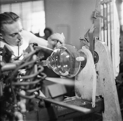 Glasbläser mit Bildröhre, Bild 2; Foto, 1952