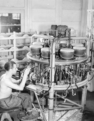 Mann an Pumpautomaten; Foto, 1952