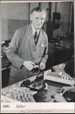 Kollege Keller beim Prüfen; Foto, 1952