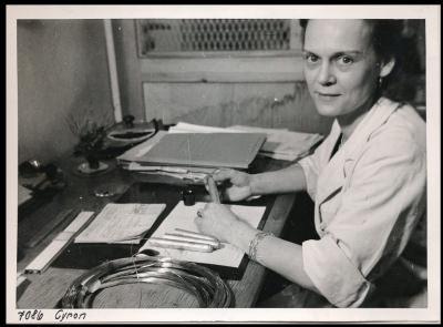 Frau Cyron am Arbeitsplatz; Foto, 1952