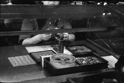 Montiererin am Arbeitsplatz, Bild 1; Foto, 1953