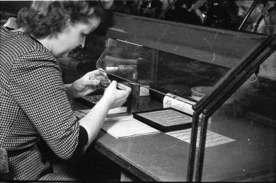 Montiererin am Arbeitsplatz, Bild 2; Foto, 1951