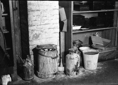 Schmutzige Flaschen; Foto, 1953