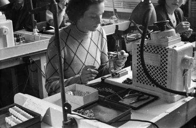 Sockelmontiererin, Bild 2; Foto, 1951