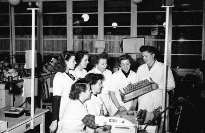 Unterweisung von Kolleginnen, Bild 2; Foto, 1953