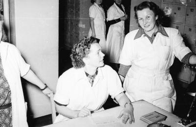 Zwei Frauen in Arbeitskleidung; Foto, 1953