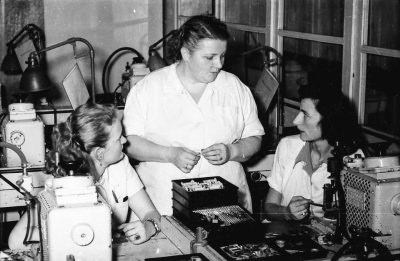 Martha Meya mit 2 Kolleginnen; Foto, 1953