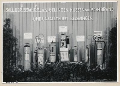 Ausstellung (Unfallverhütung), Bild 2; Foto, 1953