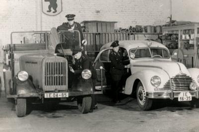 Wagen-Hallen, aus einer Arbeitsschutz-Ausstellung, Foto 1954