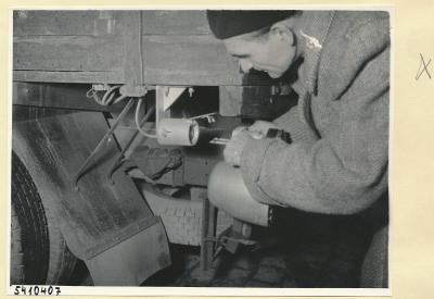 Mann montiert Auto-Überholungsgerät-Empfänger an einen LKW 1, Foto 1954