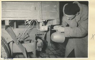 Mann montiert Auto-Überholungsgerät-Empfänger an einen LKW 2, Foto 1954