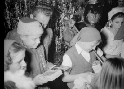 Kinderweihnachtsfest –kostümierte Kinder mit Geschenken, Foto 1954