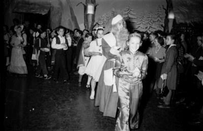 Kinderweihnachtsfest –Weihnachtsmann und kostümierte Kinder bei einer Polonaise, Foto 1954