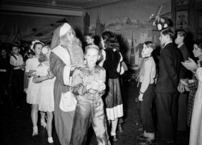 Kinderweihnachtsfest –Polonaise mit Weihnachtsmann und kostümierten Kindern, Foto 1954