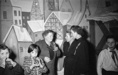 Kinderweihnachtsfest – Frauen im Gespräch, Foto 1954