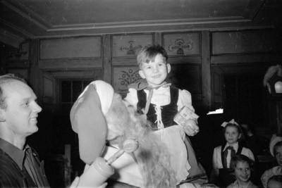 Kinderweihnachtsfest – Weihnachtsmann mit Kind, Foto, Dezember 1954