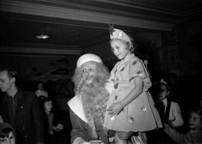 Kinderweihnachtsfest – Kind mit Weihnachtsmann, Foto 1954