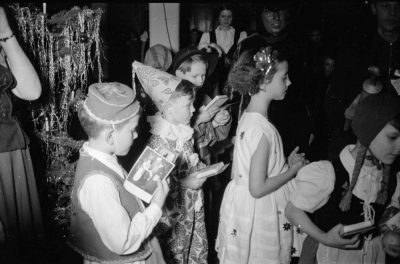 Kinderweihnachtsfest – Kinder mit Geschenken, Foto 1954