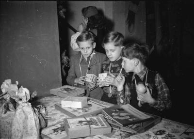 Kinderweihnachtsfest – 3 Jungen vor Geschenktisch, Foto 1954