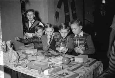 Kinderweihnachtsfest – Kinder vor Geschenktisch; Foto, Dezember 1954