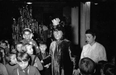Kinderweihnachtsfest – Mann in Kostüm, Foto 1954