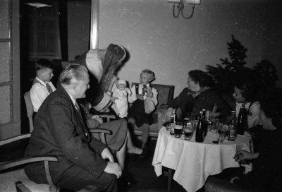 Kinderweihnachtsfeier - Weihnachtsmann am Tisch, Foto 1954