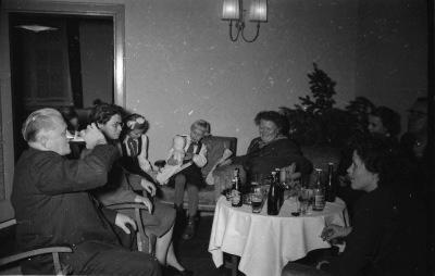 Kinderweihnachtsfeier - Gäste am Tisch, Foto 1954