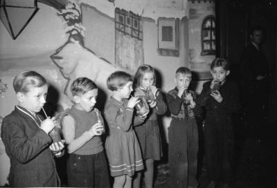 Kinderweihnachtsfest – Kinder trinken, Bild 1, Foto 1954