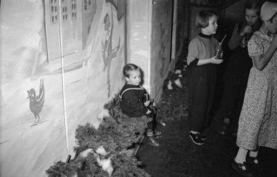 Kinderweihnachtsfest – Kinder trinken, Bild 2, Foto 1954