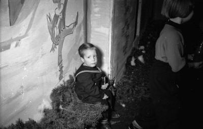 Kinderweihnachtsfest – sitzender Junge, Foto 1954