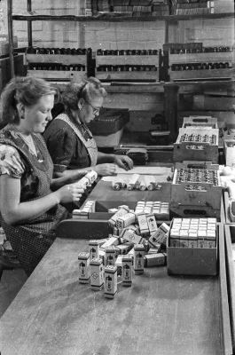 2 Frauen beim Verpacken von Röhren; Foto, 1954