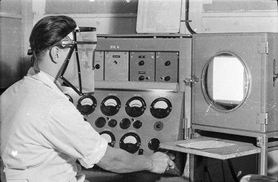Mann bei Bildröhrenprüfung, Bild 2; Foto, 1954