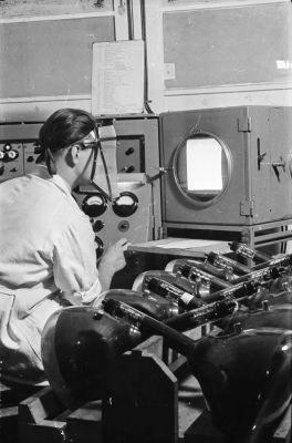 Mann bei Bildröhrenprüfung, Bild 1; Foto, 1954