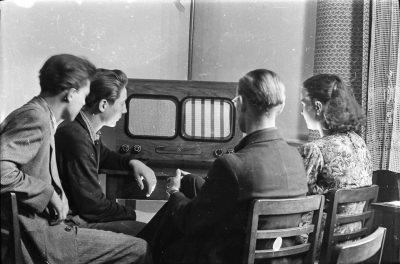 4 Personen vor einem HF-Fernseher; Foto, 1954