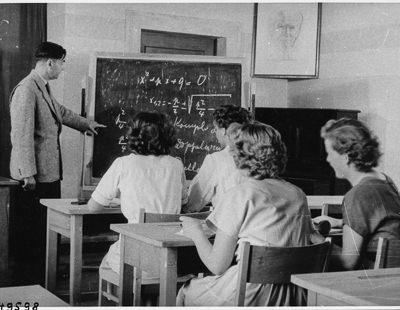 Vier Frauen im Unterricht, Foto 1954