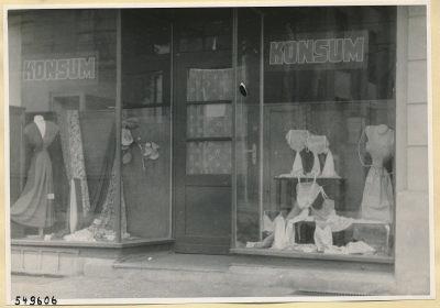 Schaufenster Konsum-Geschäft Oberschöneweide, Foto 1954