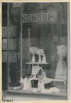 Unterwäsche im Schaufenster, Konsum-Geschäft Oberschöneweide, Foto 1954