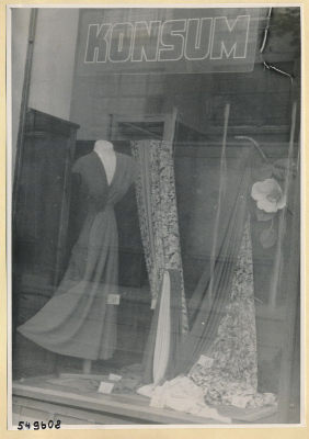 Kleiderstoffe im Schaufenster, Konsum-Geschäft Oberschöneweide, Foto 1954