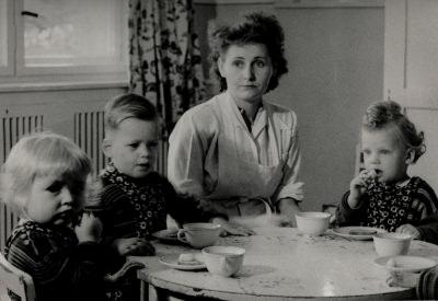 Drei Kinder und Erzieherin im Kinderheim, Foto 1954