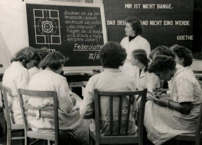 Ausstellung 5 Jahre DDR: Laborwerkstatt, Bild 1, Foto 1954