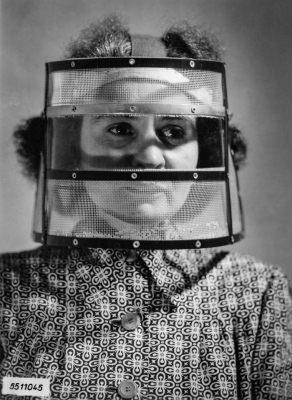 Frau mit Schutzmaske in der Bildröhrenproduktion; Foto, 1955
