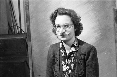 Portrait Frau mit Gummi-Nase, Foto 1955