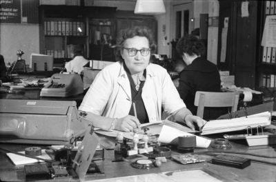 Kollegin Lettau, Gerätewerk, am Schreibtisch, Foto 1955
