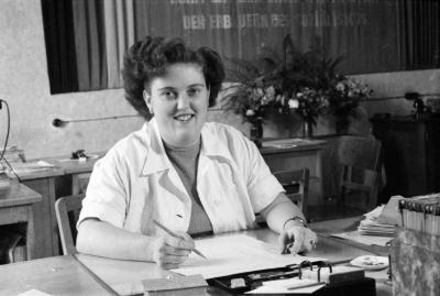 Junge Frau am Büroschreibtisch, Foto 1955