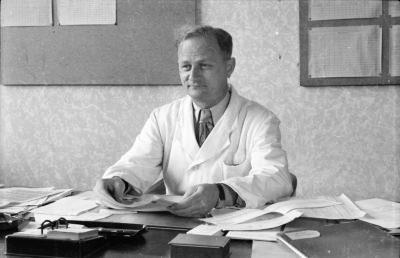 Mann am Büroschreibtisch, Foto 1955