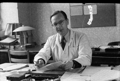 Junger Mann am Büroschreibtisch, Foto 1955