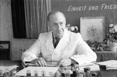 Älterer Mann im Anzug am Büroschreibtisch, Foto 1955